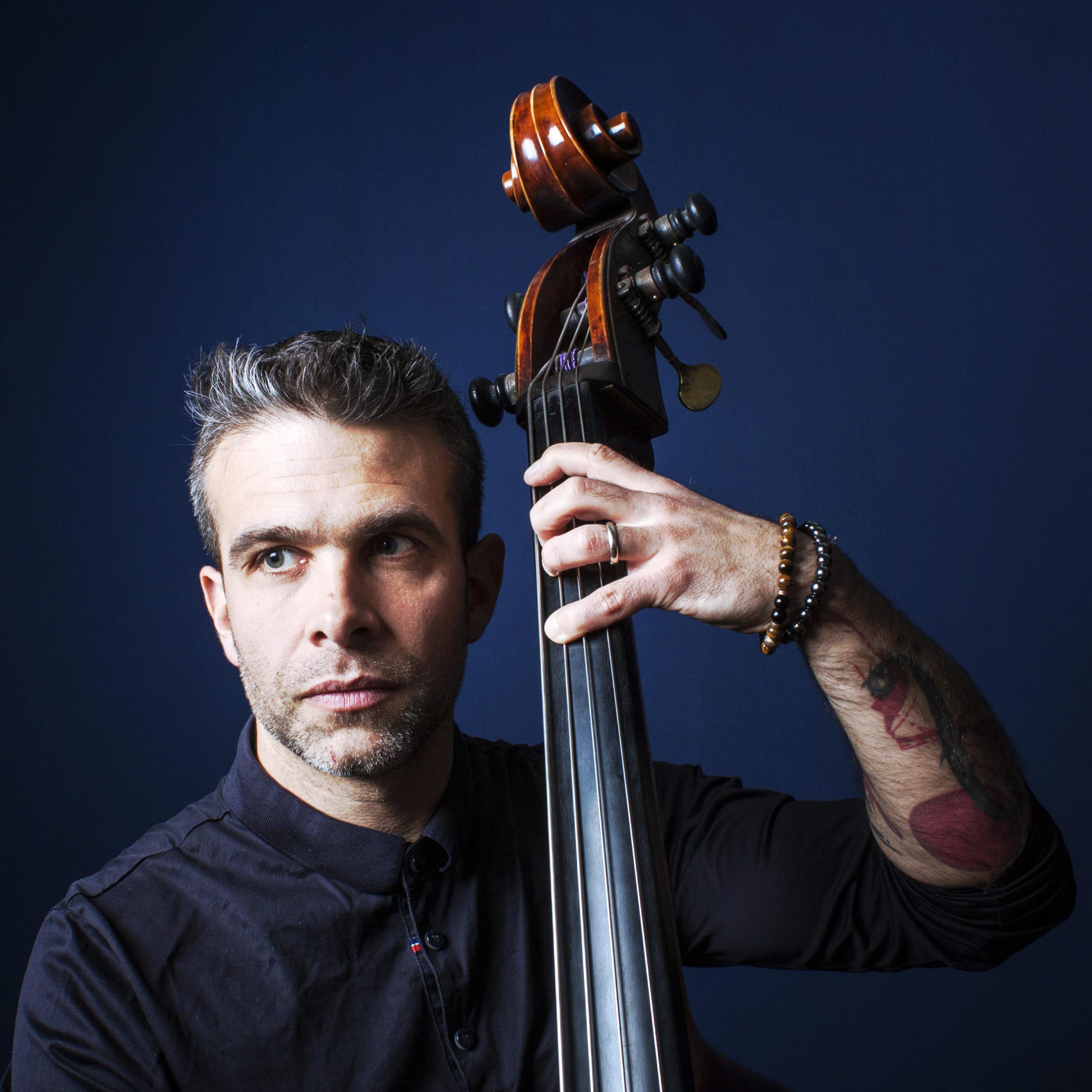 Vladimir Torres, contrebassiste photographié parJC Polien