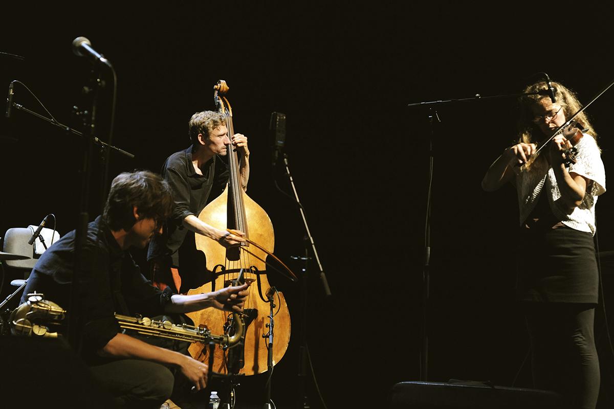 Joel Grip à la contrebasse et Prune Bécheau au violon, La Peuge en Mai au festival Météo 2020
